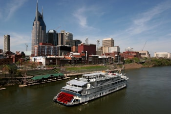 sternwheeler pushes its way past nashville state capitol of tennessee
